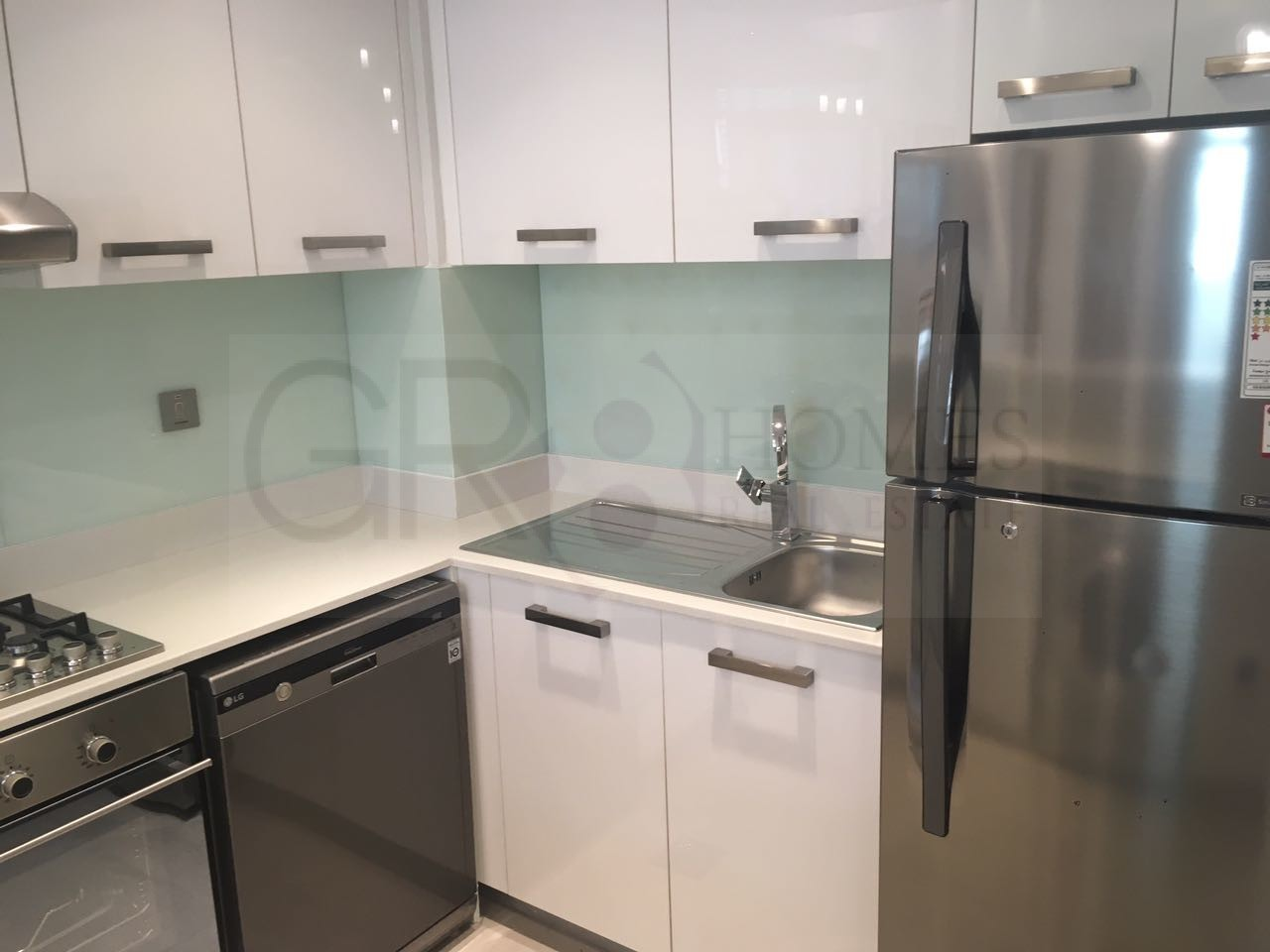 Fully furnished apartment with Marina view - Image 4
