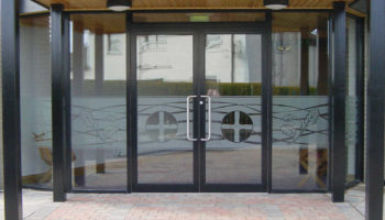 aluminum door fixer in sharjah ajman dubai.jpg