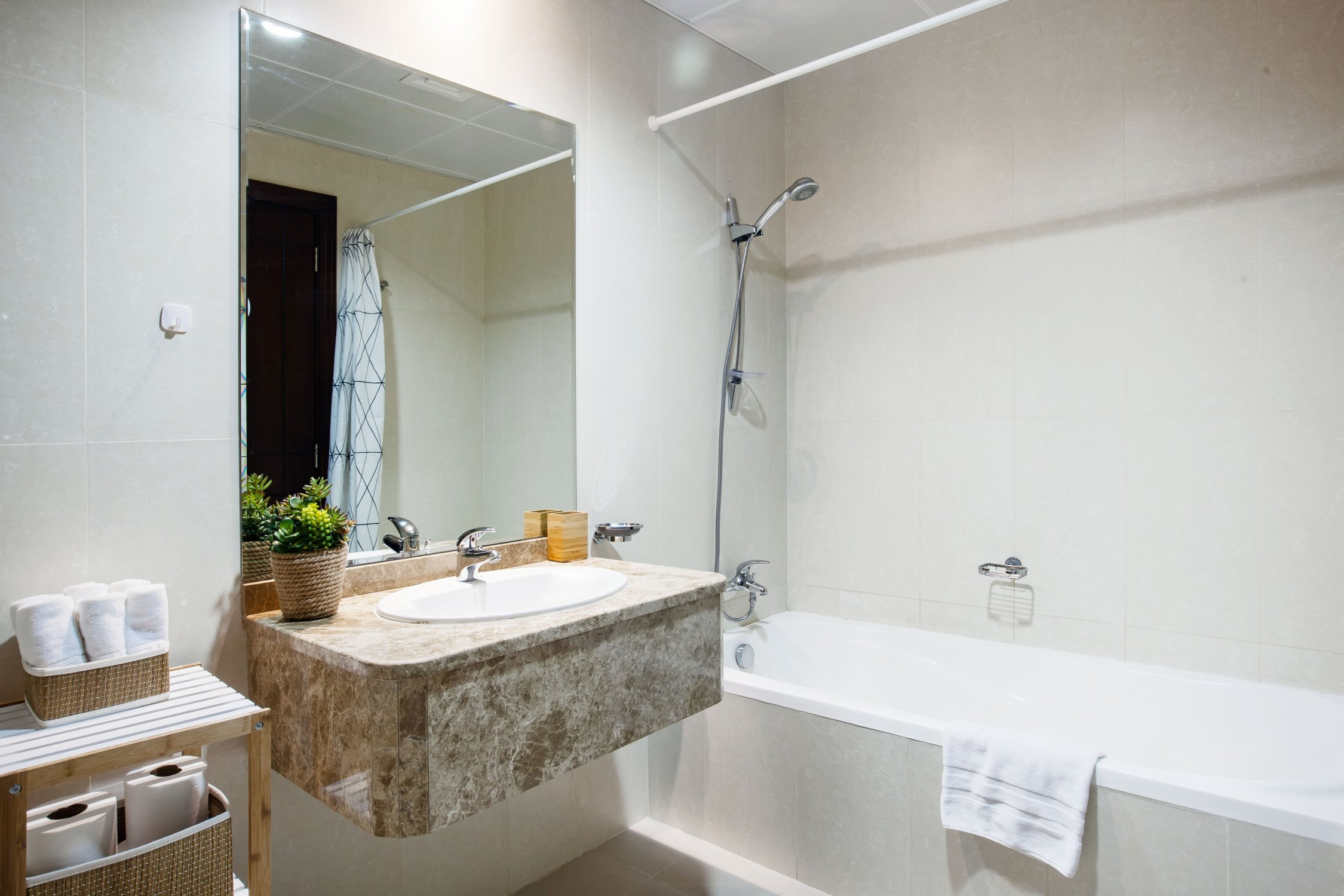Beautiful One Bedroom next to Mall of the Emirates - Image 2